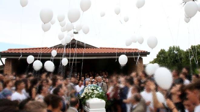 Savignano, palloncini bianchi in cielo al funerale di Lisa Lazzaretti (Foto Ravaglia)