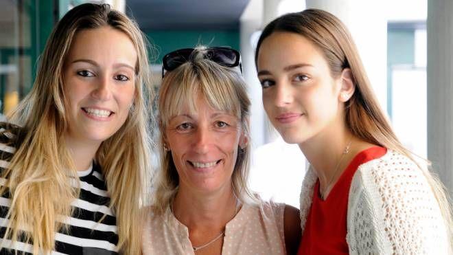 Mamma Ivana tra le due figlie Erika, 22 anni e Martina di 17
