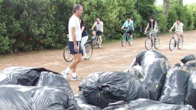 L'abbandono dei rifiuti e dei sacchi neri contenenti scarti tessili è un fenomeno che non accenna a diminuire