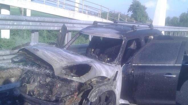 L'auto che si è incendiata in A12 (foto: vigili del fuoco)