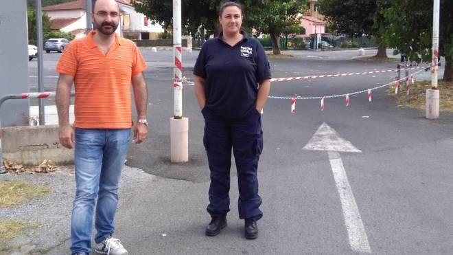Il sindaco di Ameglia Andrea De Ranieri davanti al parcheggio chiuso con le catene con un agente della polizia municipale