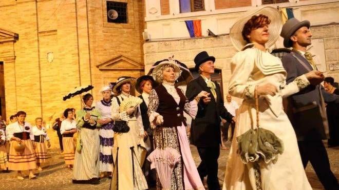 Il corteo di figuranti vestiti con gli abiti della Belle Époque