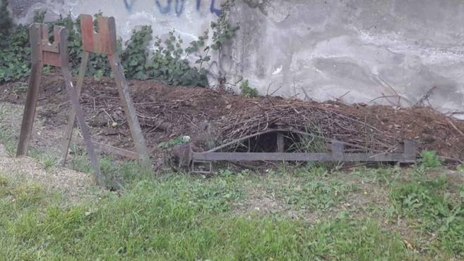 Residui del cantiere che inspiegabilmente  costellano ancora il fazzoletto verde dopo tutto questo tempo