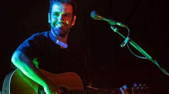 Il cantautore siciliano durante un momento del live di ieri sera al cortile del Castello di Ferrara