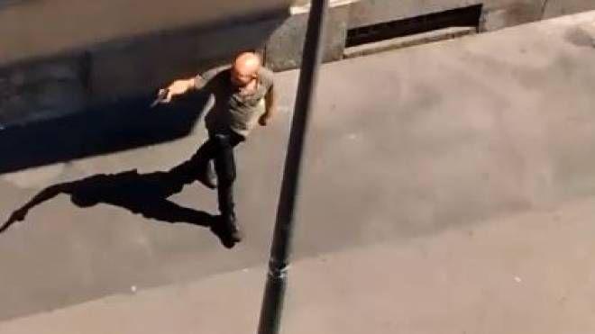Torino, uomo armato in strada (frame da Facebook)
