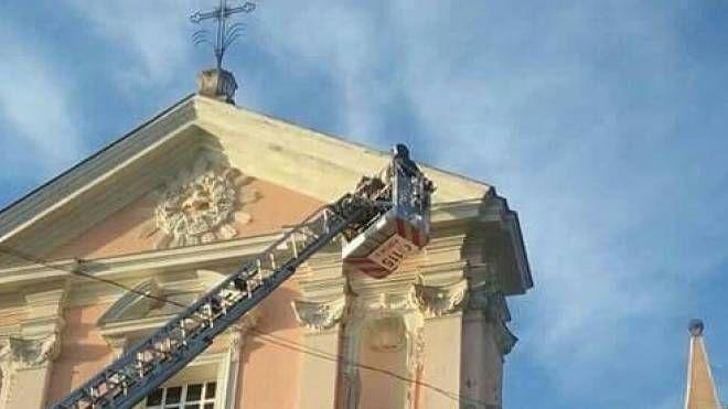 I vigili del fuoco cercano di arginare il crollo
