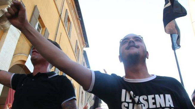 Corteo dei tifosi e sotto Stefano Spinelli