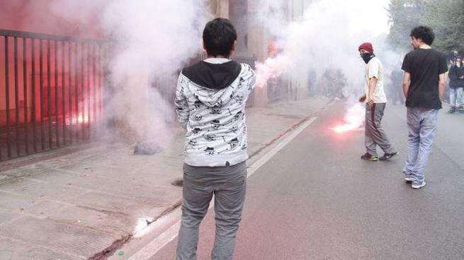 Fumogeni davanti alla sede di Confindustria (New Pressphoto/Visintini)