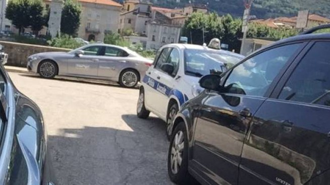 L'auto della municipale in divieto in via Asiago