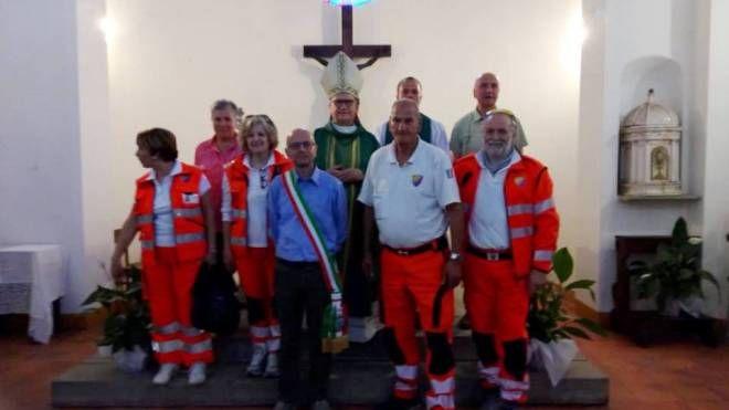 Il vescovo Tardelli con i volontari e il sindaco Luca Marmo