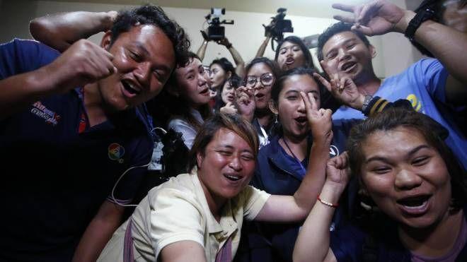 Thailandia, esplosione di gioia dopo il salvataggio dei bambini (Ansa)