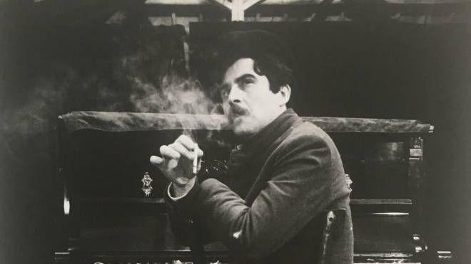 Giacomo Pardini nella foto di Buscarino, durante lo spettacolo «Un po' per non morire» regia di  Bacci, 1981