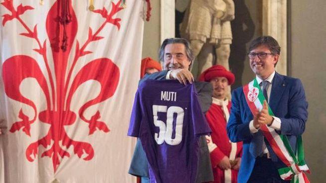 Riccardo Muti mentre riceve la maglia donata dalla Fiorentina (foto NewPressPhoto)