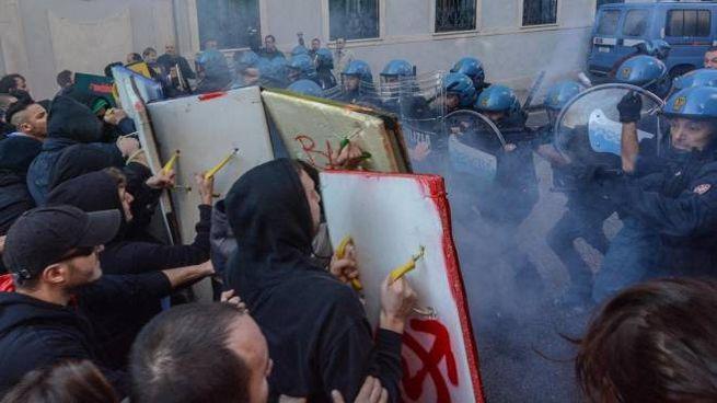 Momenti di tensione a Padova tra polizia e manifestanti al corteo dello 'sciopero sociale' (Ansa)