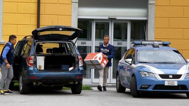 Investigatori della Mobile fuori dagli uffici Secam
