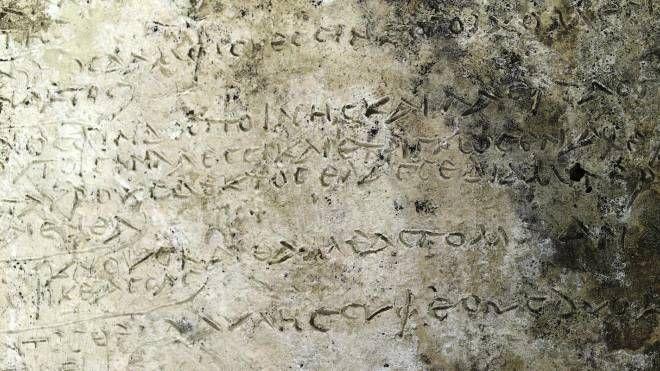 La tavoletta con i 13 versi dell'Odissea trovati a Olimpia (Ansa)
