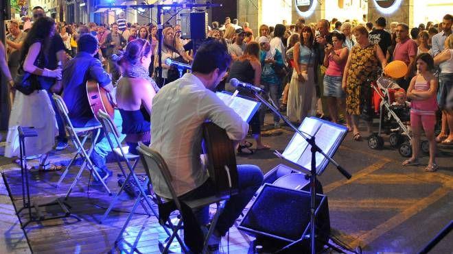 Musica e danza in centro durante un recente evento serale estivo