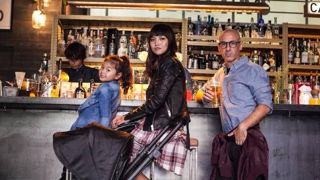 La 'Digital Modern Family' al bar (Foto Instagram)