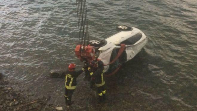L'auto rispescata dai pompieri a Varenna