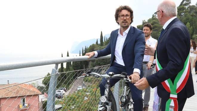 Il ministro DaniloToninelli in bici sulla nuova pista panoramica insieme al sindaco Risatti