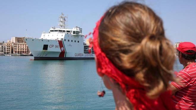 La nave Diciotti sta per sbarcare a Trapani (Ansa)