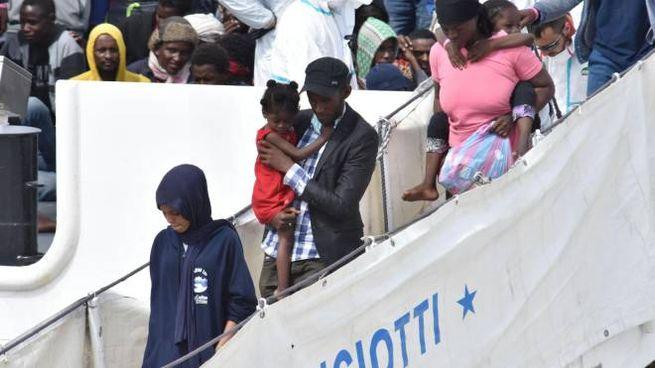 Migranti sbarcano dalla nave Diciotti (Ansa)