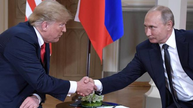 La stretta di mano fra Trump e Putin (Ansa)
