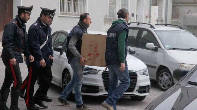 Carabinieri davanti all'Ispettorato del Lavoro: i militari mantengono alta la guardia