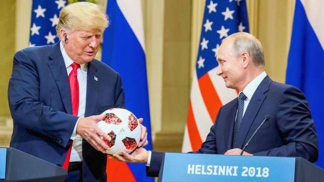 Putin e Trump, passaggio di testimone del pallone dei mondiali (Ansa)
