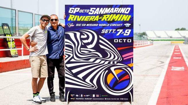 Valentino Rossi e Aldo Drudi con il poster del Gp di Misano (Foto di Marco Poderi)