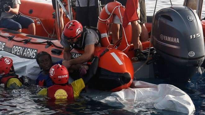 I volontari della Ong Open Arms traggono in salvo la donna sopravvissuta