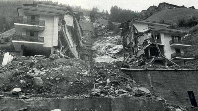 Nella foto in bianco e nero Tartano, morirono 21 persone, 11 erano  villeggianti