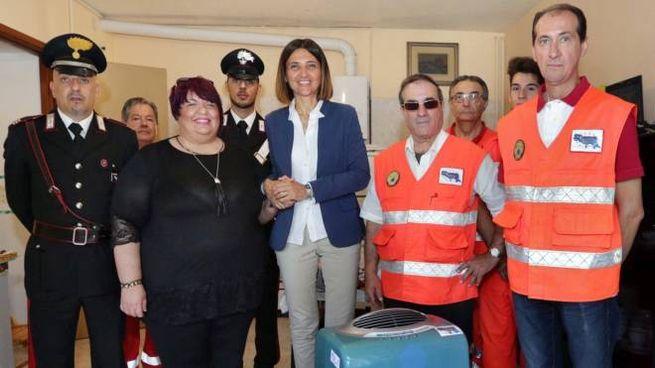 La consegna del climatizzatore alla famiglia Petrosino, con il dg dell'Usl Chiara Gibertoni e il presidente di Andromeda Enrico Paolo Raia.