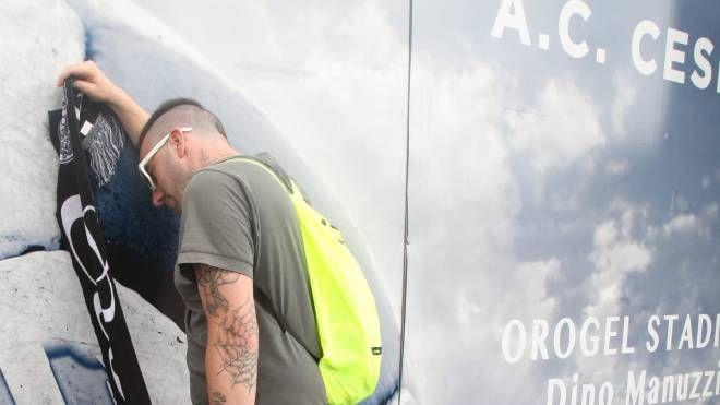 Un tifoso deluso dal fallimento del Cesena calcio