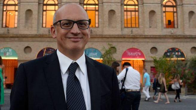 Tullio Patassini davanti allo Sferisterio (Calavita)