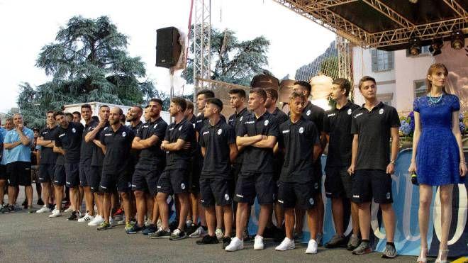 FESTA I giocatori sul palco  di piazza Garibaldi e nel tondo Paolo Di Nunno, Angelo Battazza e Angelo Maiolo