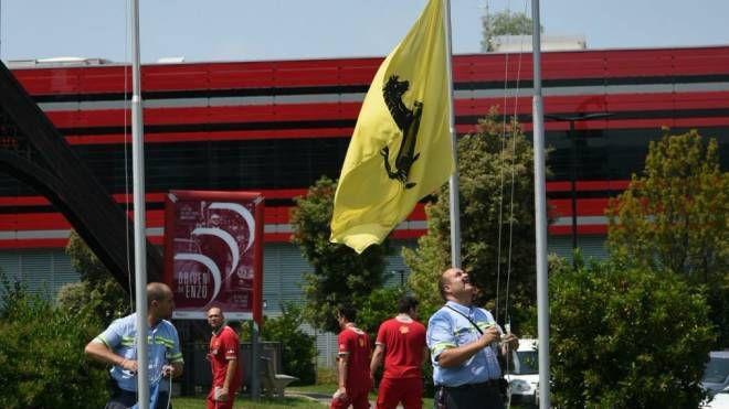 Le bandiere con il Cavallino vengono abbassate (foto Fiocchi)
