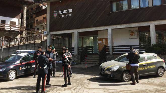 Carabinieri e Fiamme gialle in municipio a Foppolo