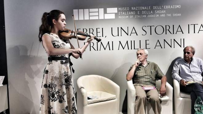 Da sinistra la violinista Lucille Rose Mariotti, Piero Stefani e Guido Vitale durante l'incontro al Meis