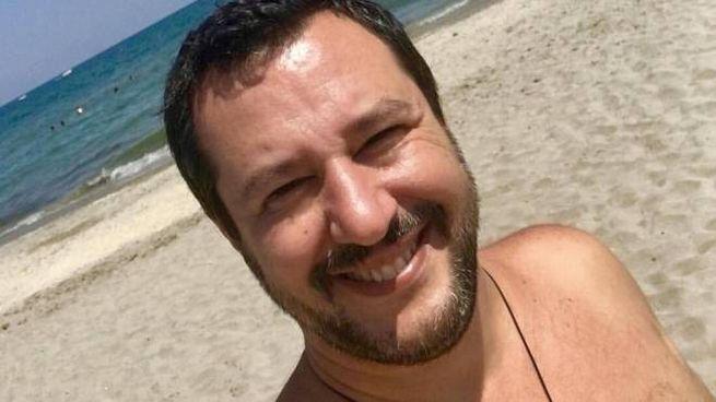 Il selfie di Salvini in spiaggia