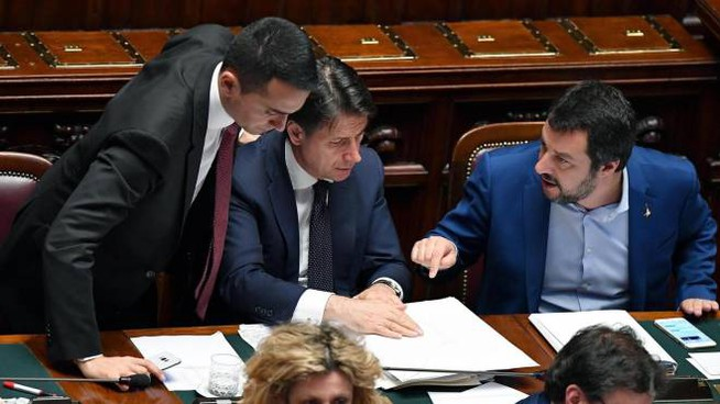Il premier Conte tra i ministri Di Maio e Salvini (Ansa)