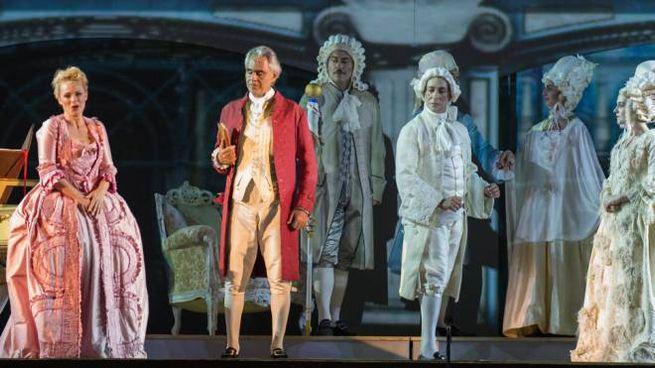 Andrea Bocelli sul palco del Teatro del Silenzio nell'Andrea Chénier
