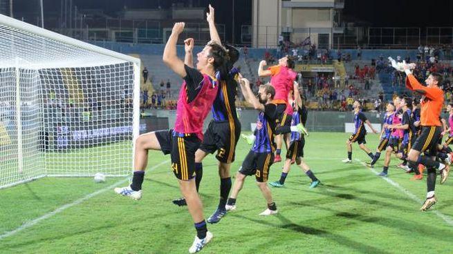 I giocatori del Pisa festeggiano con la curva la vittoria (Foto Valtriani)