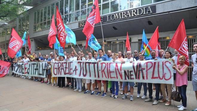 La protesta dei dipendenti davanti al Pirellone (Newpress)