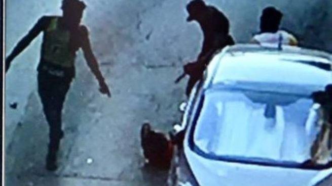 Una telecamera ha ripreso l'aggressione