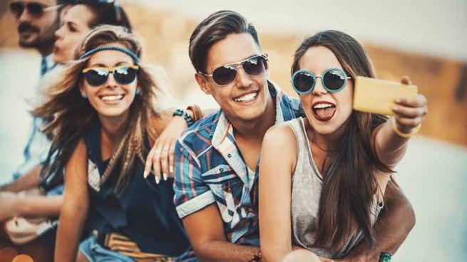 La mania dei selfie in vacanza è considerata fastidiosa da molti - Foto: gilaxia/iStock