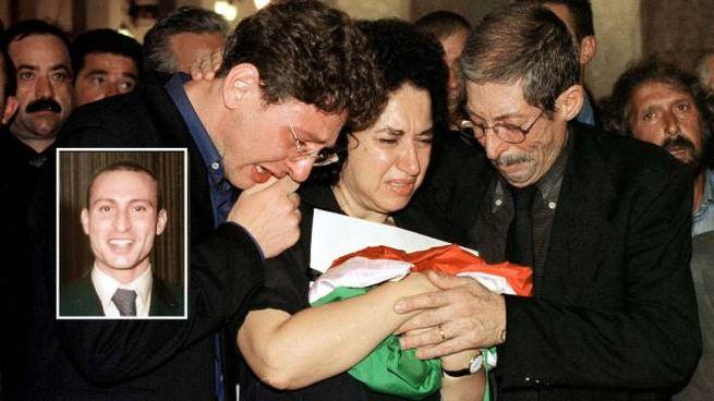 I familiari di Emanuele Scieri nel giorno del funerale. Nel riquadro il giovane
