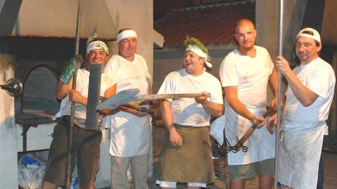 """I fornai della """"Sagra della crescia di Stacciola"""", cotta rigorosamente nei forni a legna"""