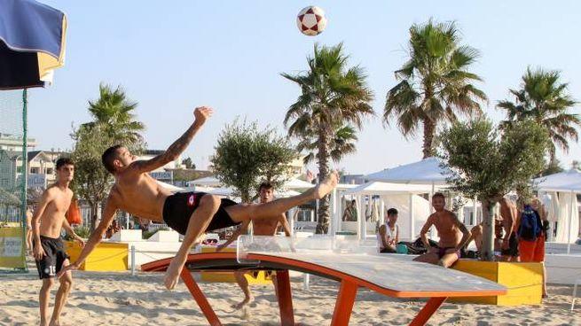 Uno scambio acrobatico intorno al tavolo da teqball