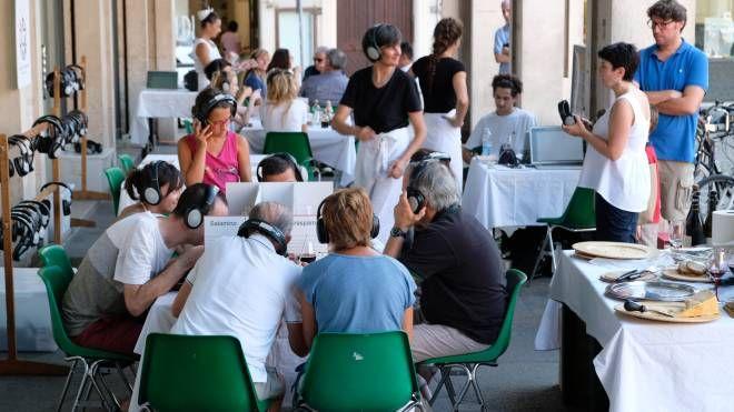 Tantissimi i commensali che si sono seduti a tavola per partecipare alle degustazioni narrate